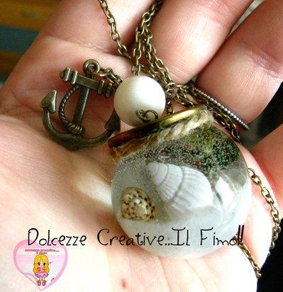 Collana Fondale marino - Ampolla con conchiglie, alghe, stelle marine ecc.