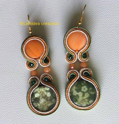 Orecchini soutache arancione e verde con madreperla floreale.