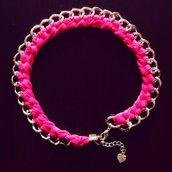 Collana con catena intrecciata con fettuccia rosa