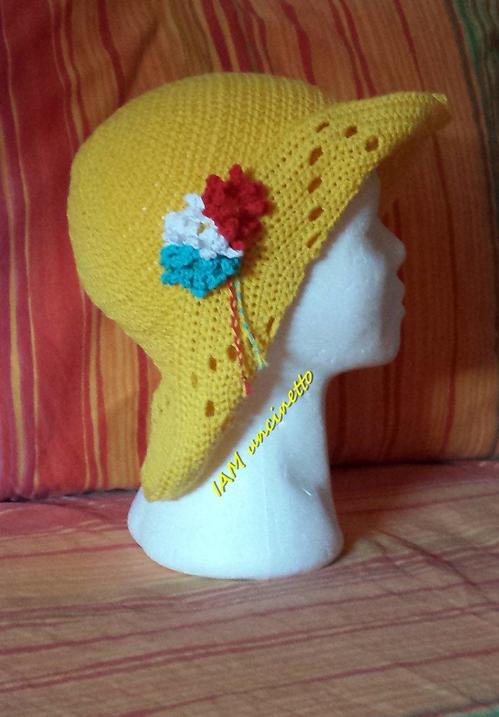 Cappello estivo da donna in cotone giallo lavorato all'uncinetto
