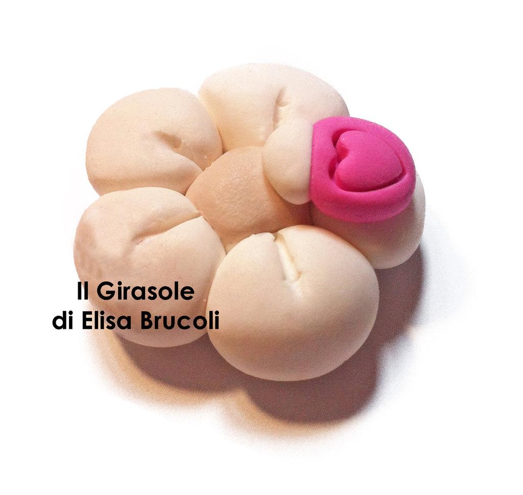 Calamita con fiore bianco perlato e coccinella fucsia: idea per bomboniera