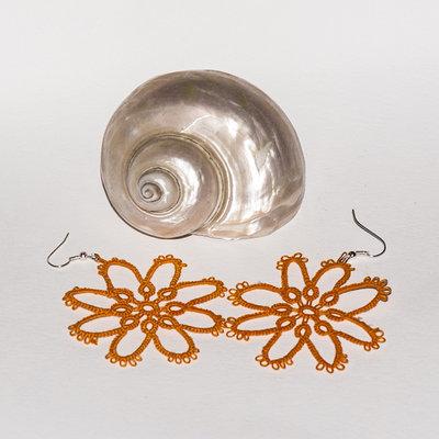Orecchini al chiacchierino fiore arancione