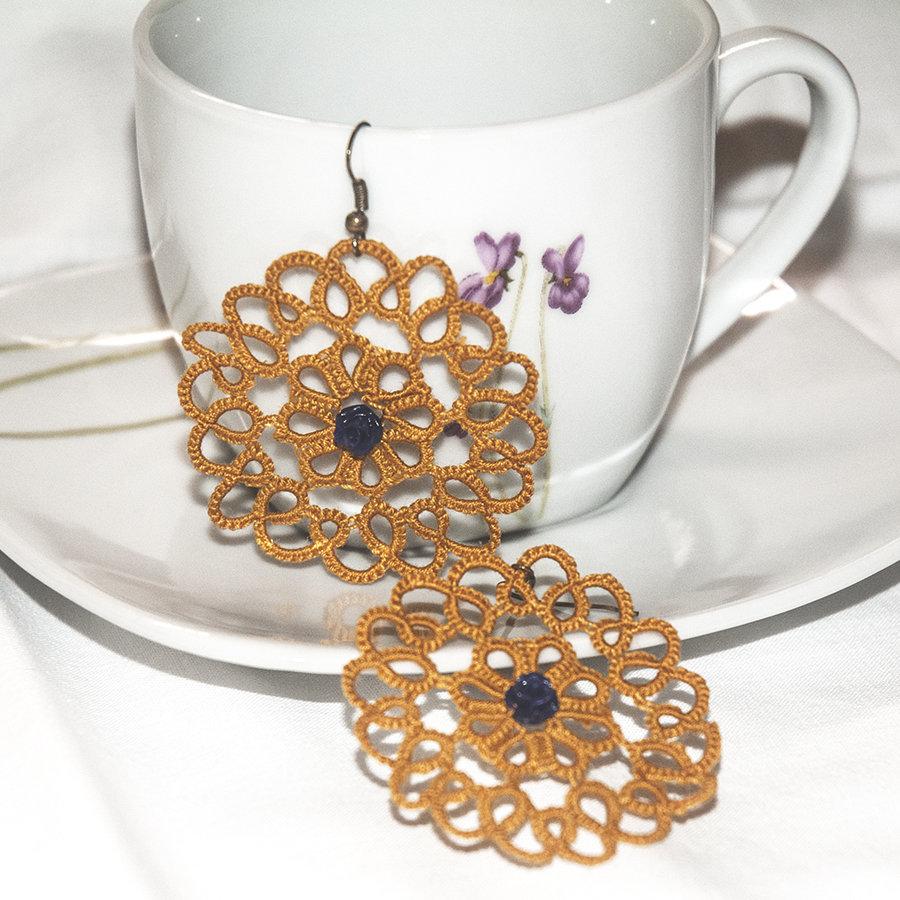 Orecchini realizzati a chiacchierino Senape con rosa blu scura