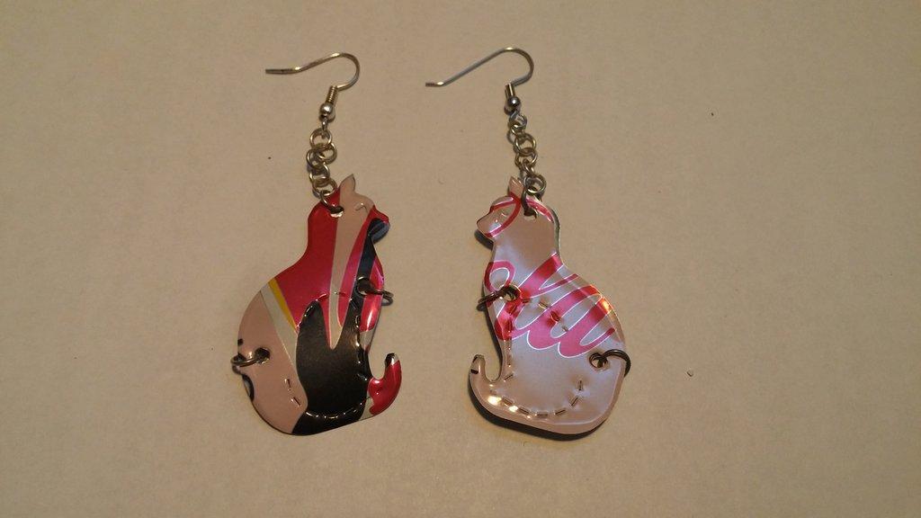 orecchini fatti con le lattine a forma di gatto versione coca cola light pinko limited edition