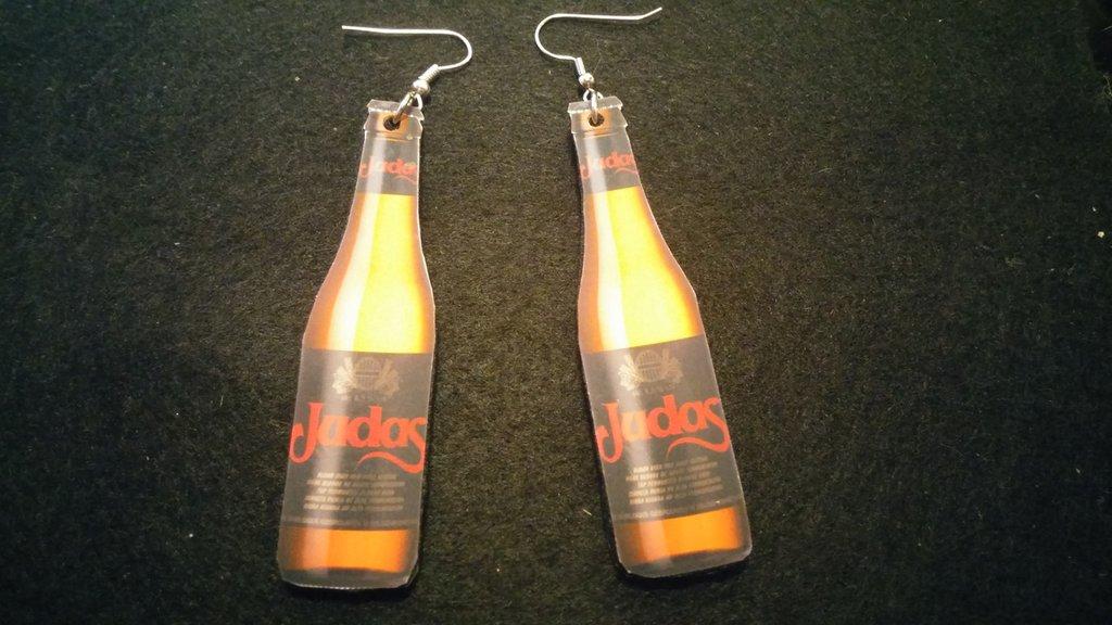 """Orecchini a forma di bottiglia di birra """"Judas"""" fatti a mano con le lattine in alluminio"""