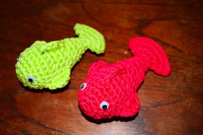 Set 10 Portachiavi a forma di pesciolino realizzati all'uncinetto