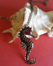 Collana lunga con cavalluccio marino color bronzo e particolari in rosso