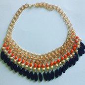 Girocollo catena dorata con perline arancioni e nere