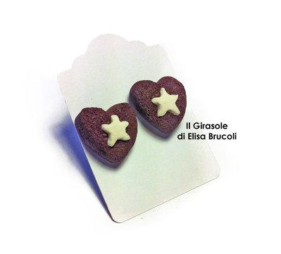 Orecchini a perno con biscotto al cioccolato a forma di cuore e stella
