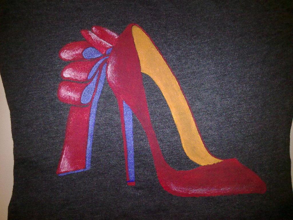 T-shirt dipinta a mano - scarpa Christian Louboutin