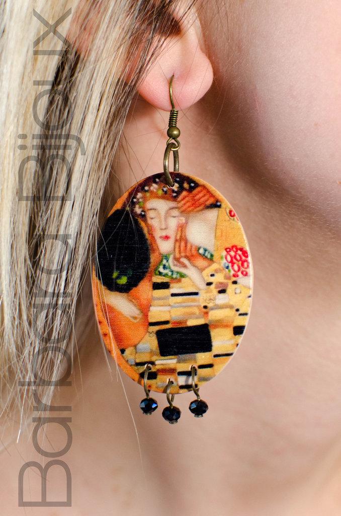 """Orecchini  ovali in legno levigato raffiguranti """"Il bacio"""", dipinto realizzato nel 1907-08 dal pittore austriaco Gustav Klimt."""