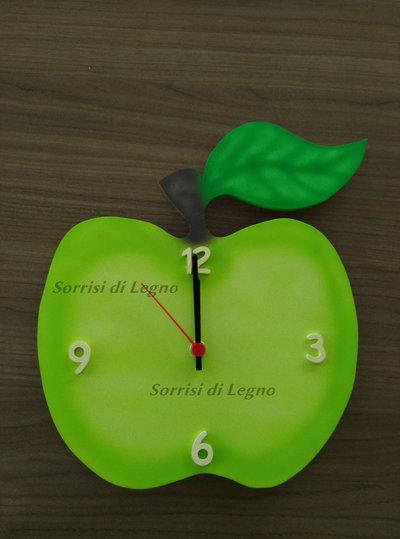 Orologio in legno soggetto mela verde