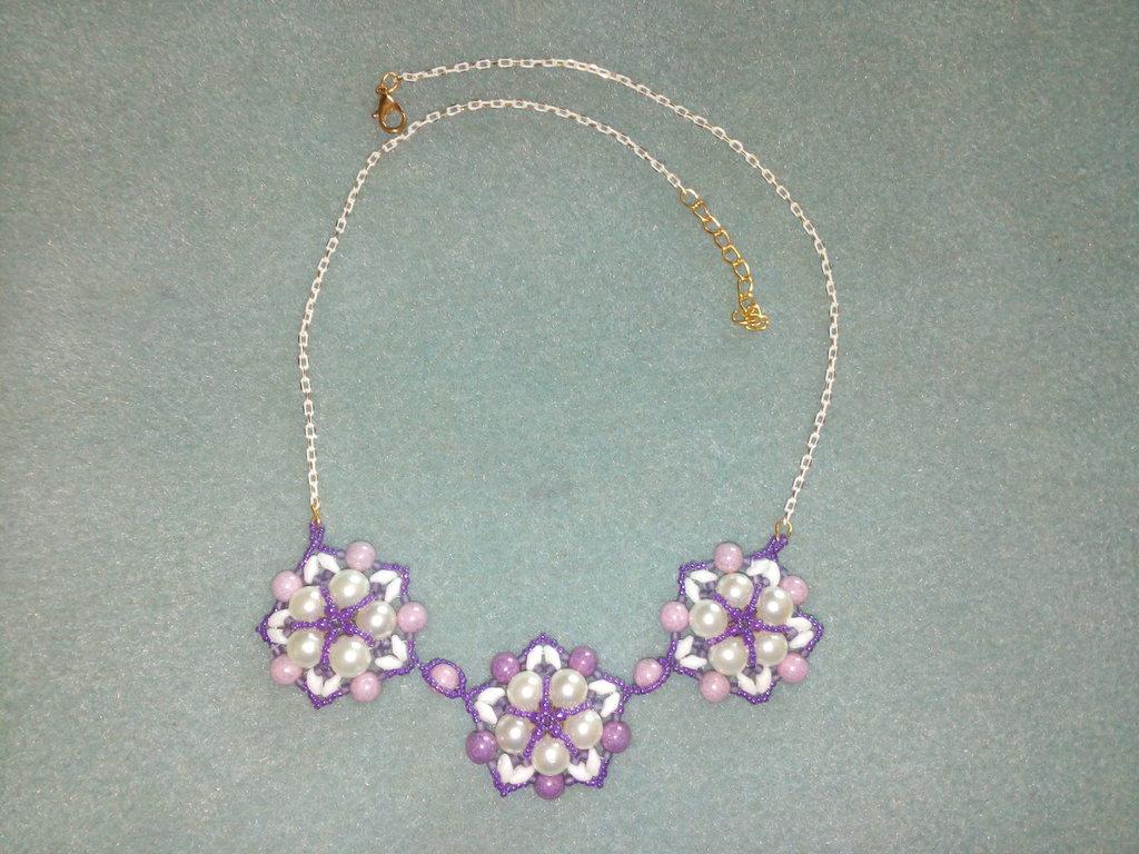 Collana con fiori bianco viola