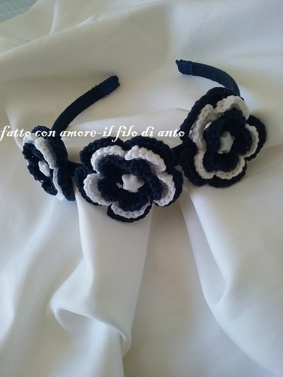 Cerchietto blu con fiori bianchi e blu