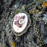 collana con pendente con fiori marroni