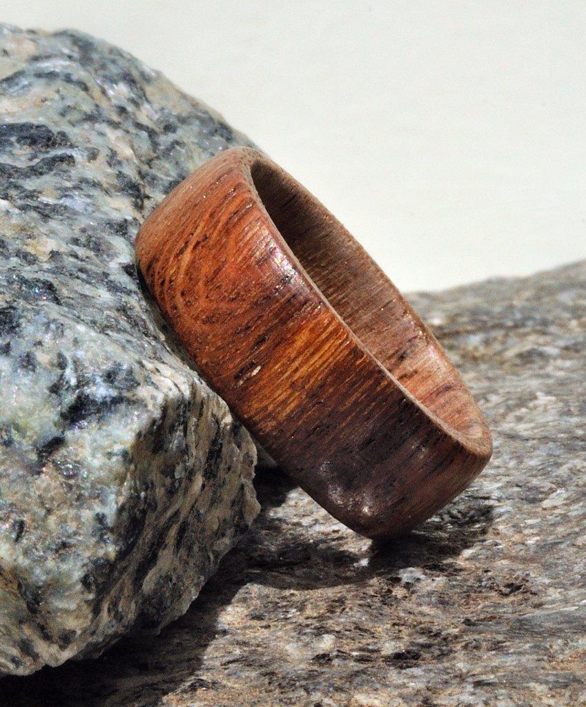 Anello a veretta in legno di vite fatto a mano