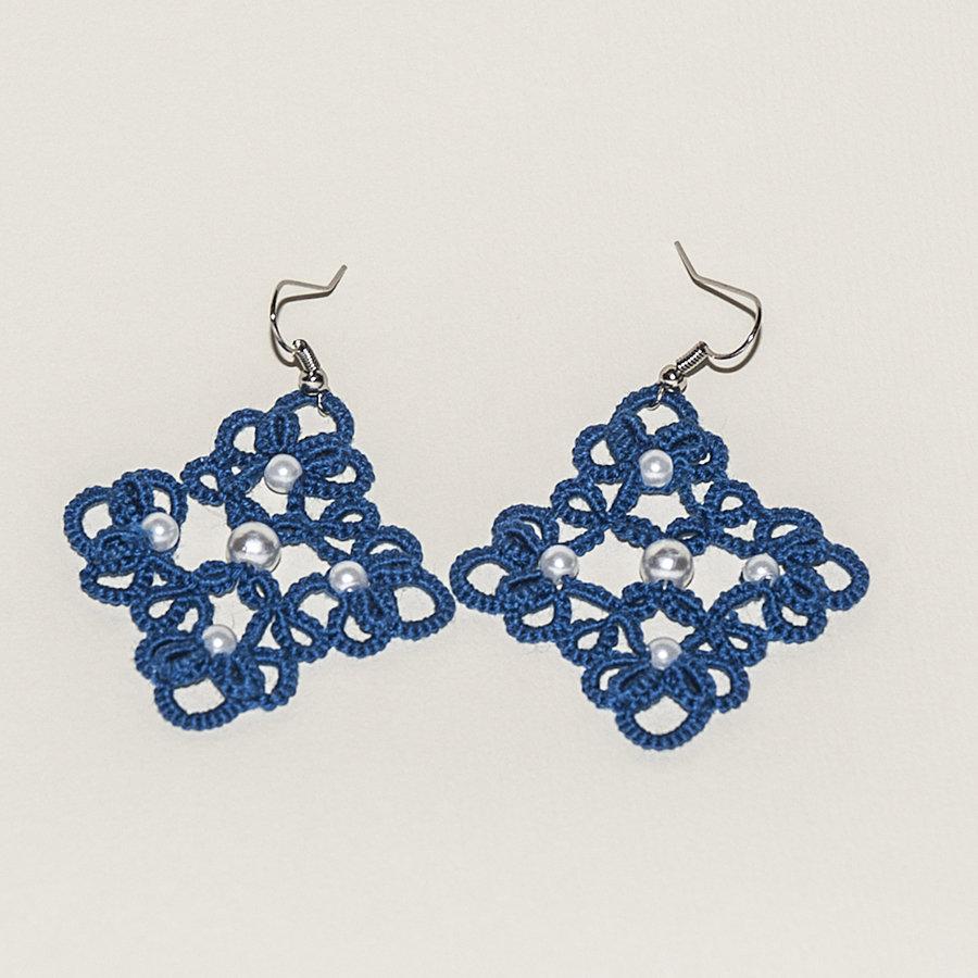 Orecchini al chiacchierino blu con perle bianche