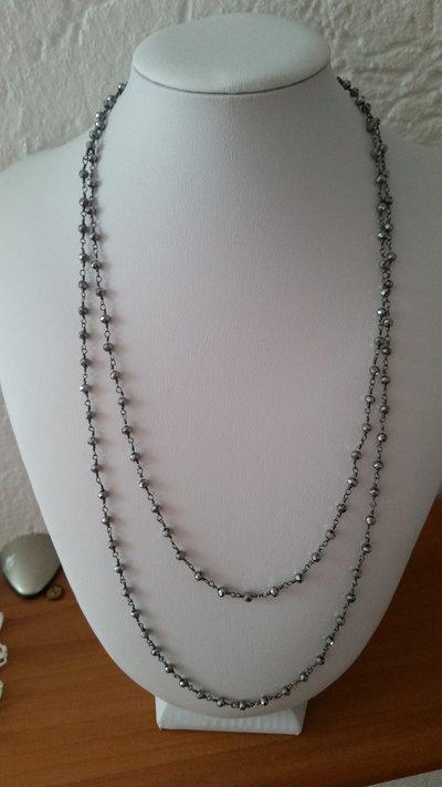 Collana fatta con la lavorazione a rosario con mezzi cristalli
