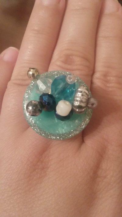 Anello con bottone azzurro e perline