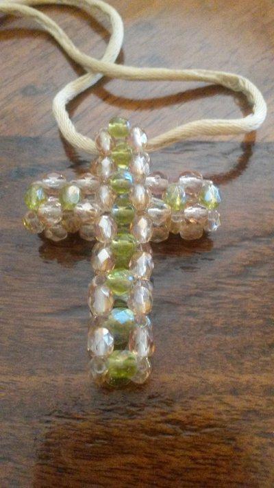ciondolo a forma di croce con perline colore beige e verde chiaro