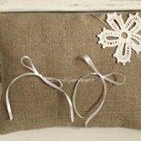 Cuscino per fedi in lino naturale con applicazione di pizzo a crochet
