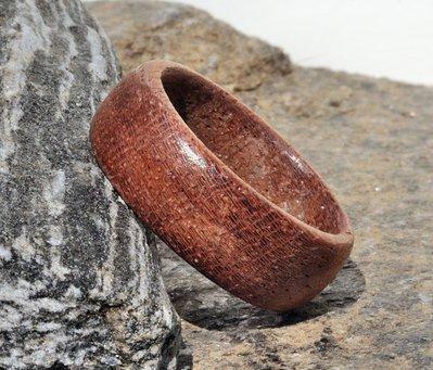 Anello a veretta o fascia in legno di mogano fatto a mano