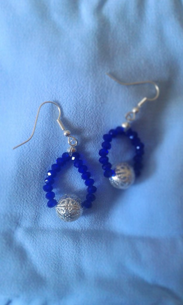 Orecchini pendenti con cristalli blu e sfere argentate