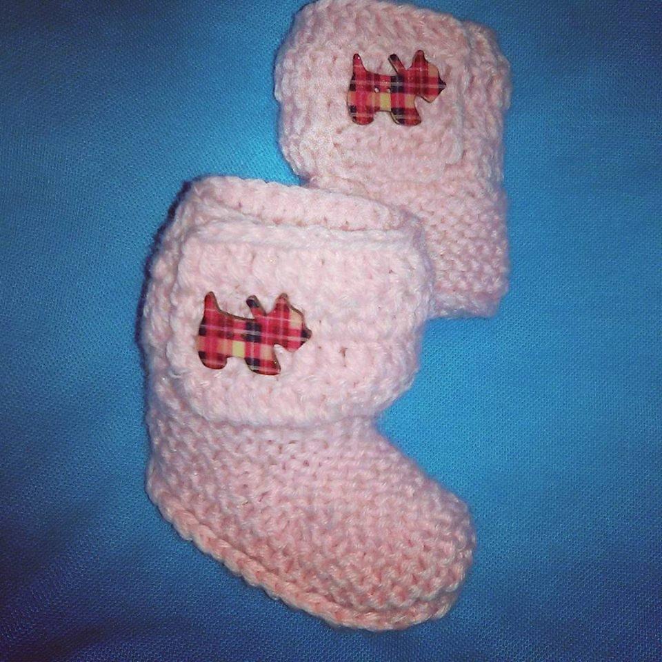 Scarpette bimbi realizzate ai ferri e uncinetto in lana rosa