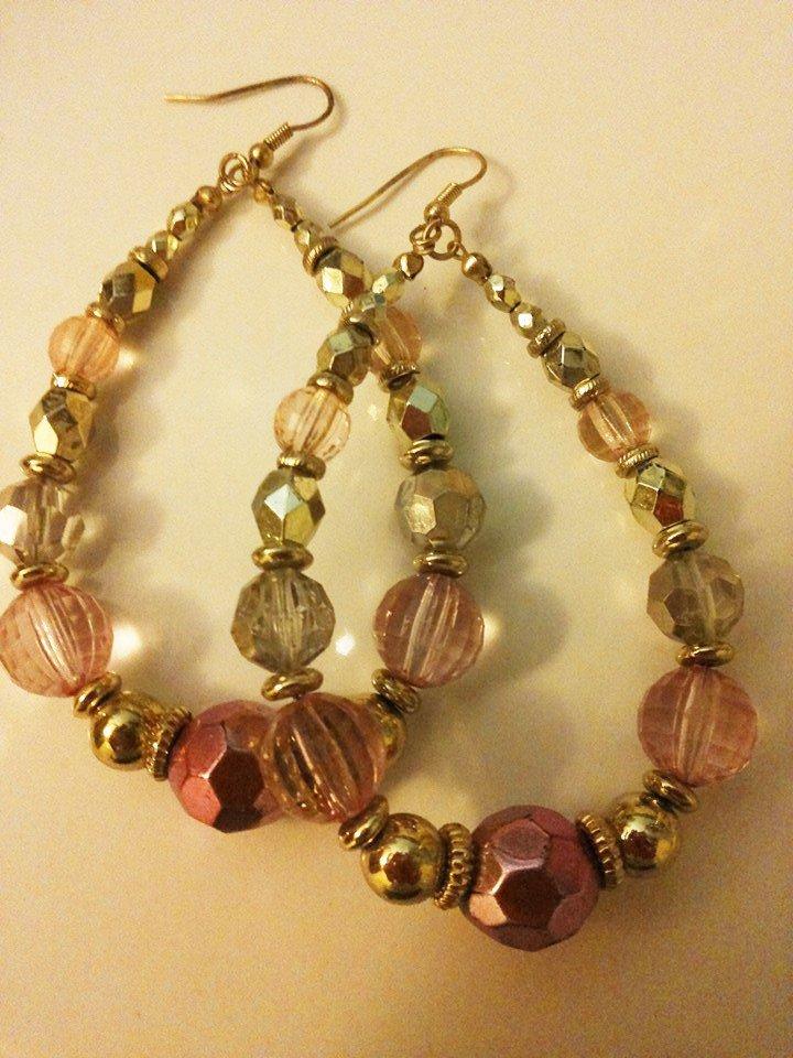 Orecchini con pendente realizzato con  cascata di perle rosa e dorate