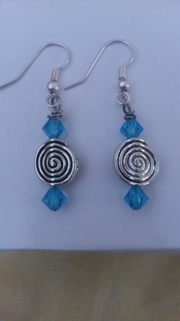orecchini pendenti con swarovski azzurri e chiocciole color argento