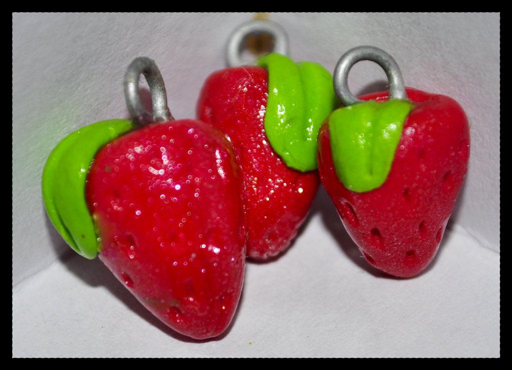 Lotto 16pz: ciondoli fragole