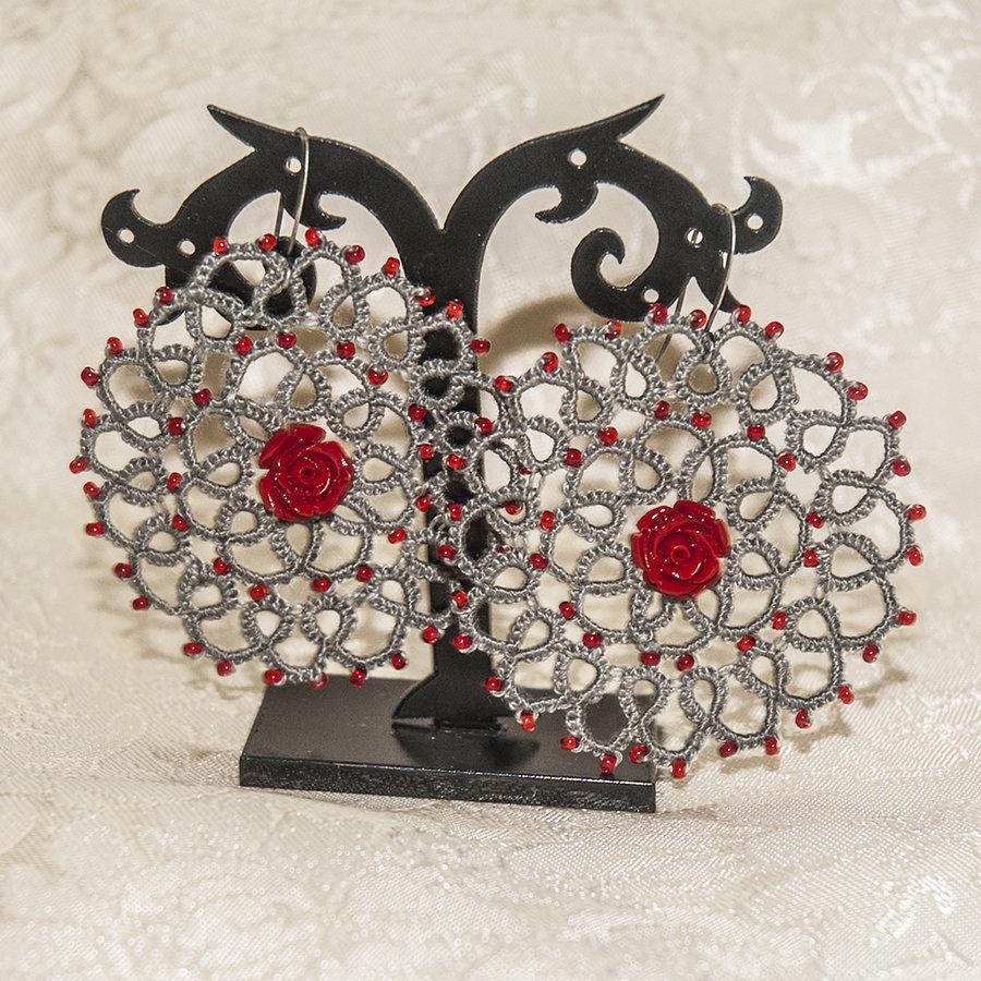 Orecchini realizzati a chiacchierino grigi con perline e rosa in resina rossa