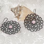 Orecchini realizzati a chiacchierino grigi con perline e rosa in resina rosa