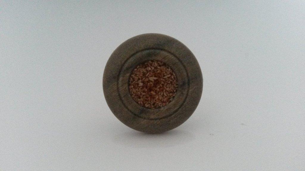Anello con bottone in legno e semi di lino