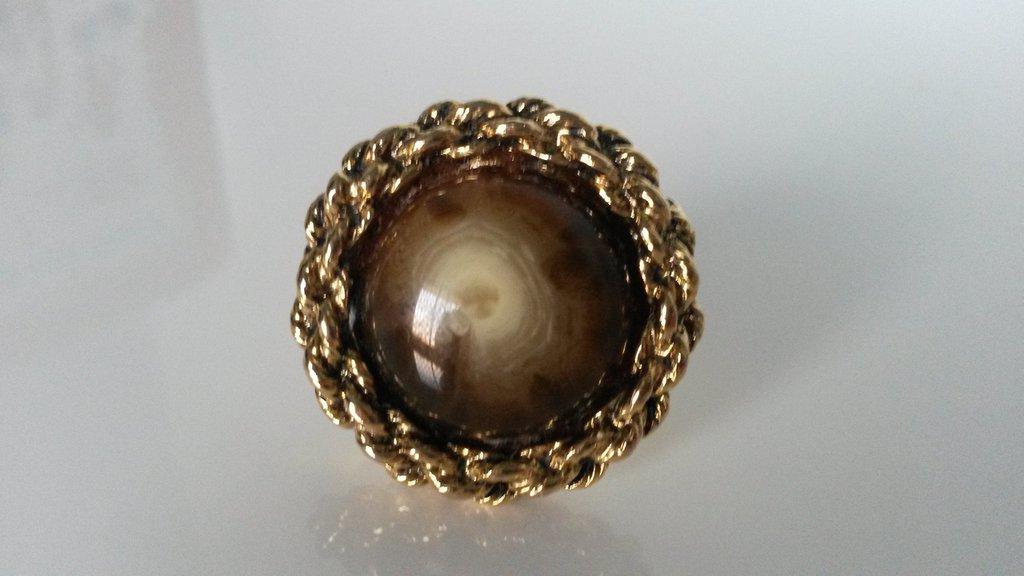 anello con bottone marrone maculato con bordo dorato