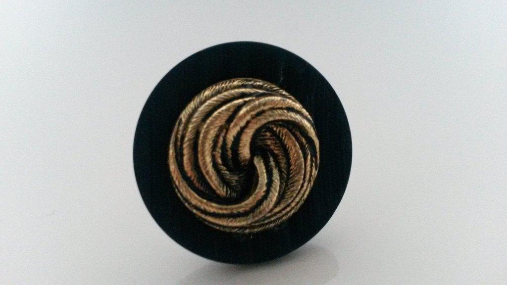 anello con bottoni vintage nero con fili dorati