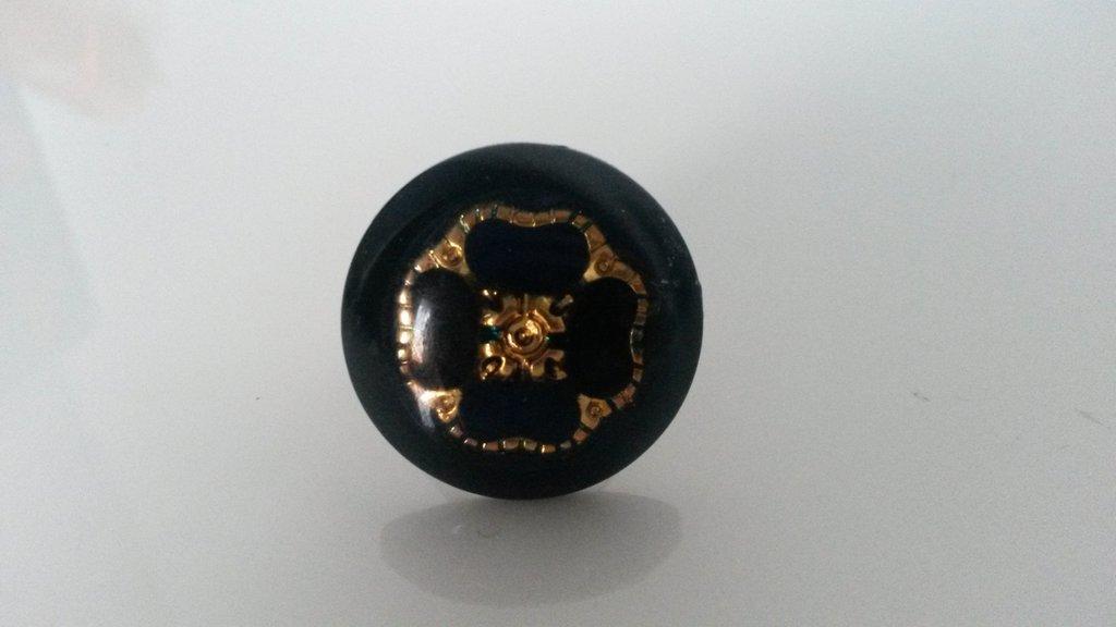 anello con bottone vintage nero con fiore dorato