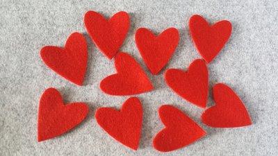 10 Cuori fustellati rossi in feltro medi
