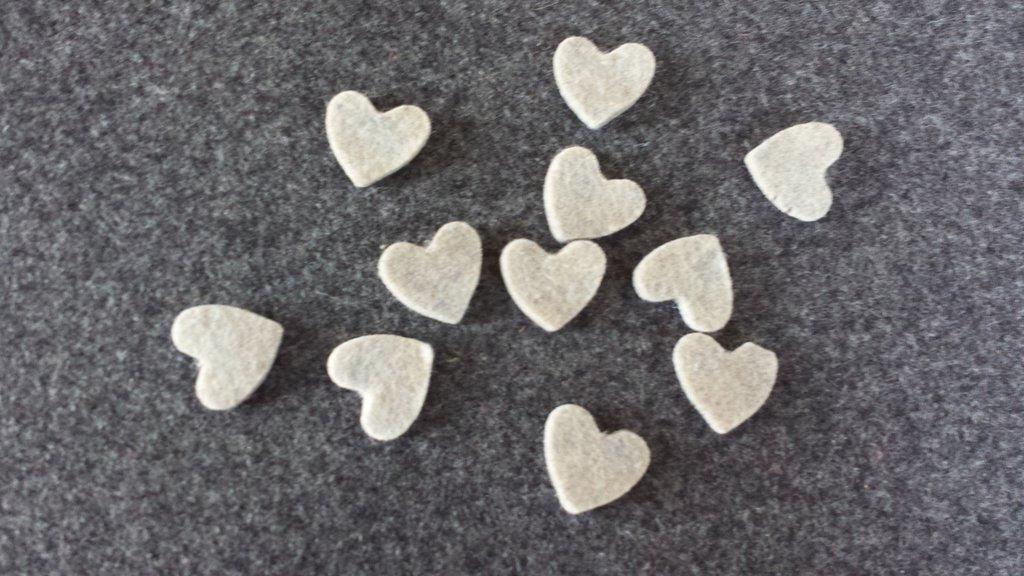 10 Cuori fustellati beige in feltro