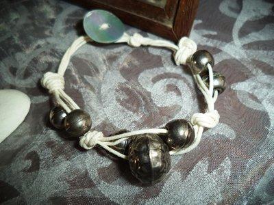 Bracciale di spago, perle anticate e madreperla