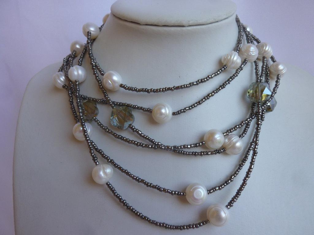 Collana lunga con perle di acqua dolce grandi fiori di cristallo e su misshobby - Collane di design ...