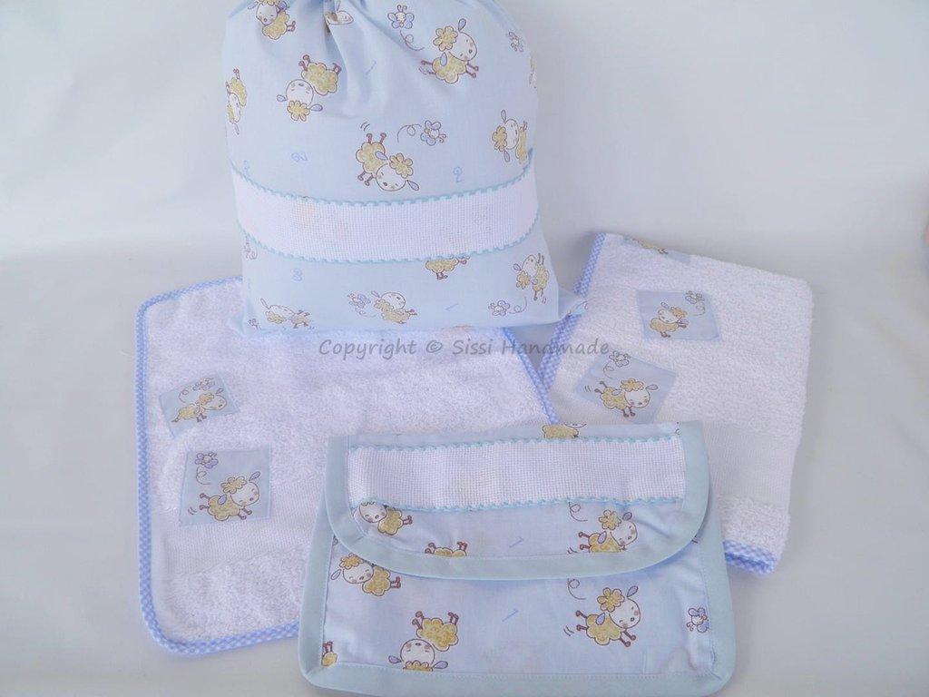 Riservata per sig.ra Delia: Set asilo e scuola bimbo con pecorelle su tessuto azzurro: 4 pezzi