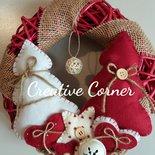 Ghirlanda natalizia in vimini con decorazioni in pannolenci