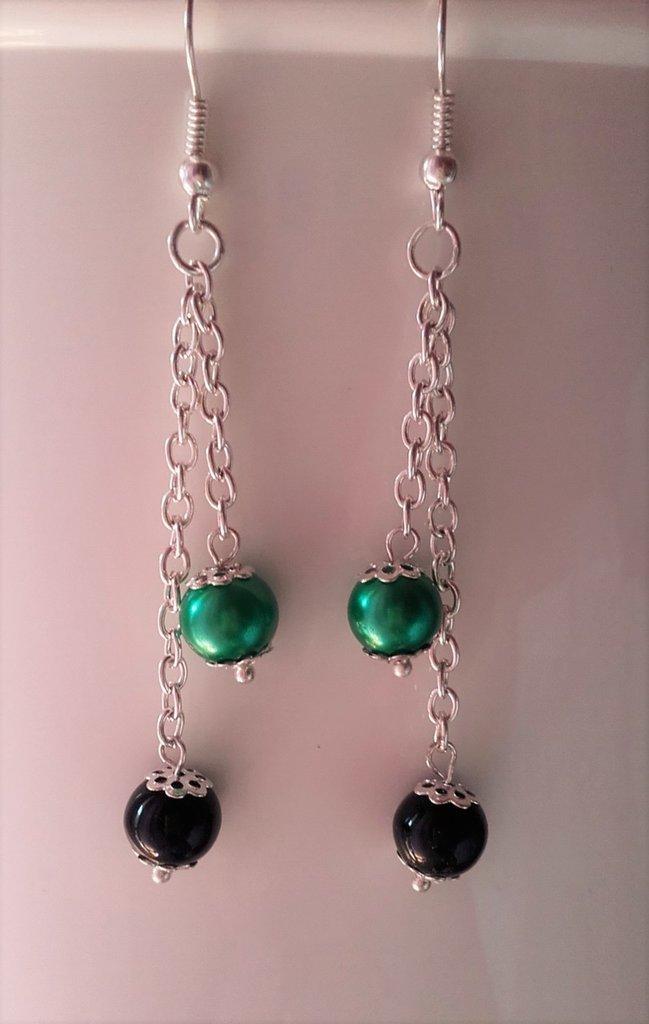 Orecchini con perle verdi e nere