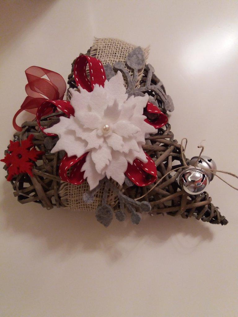Cuore in vimini decorato in feltro