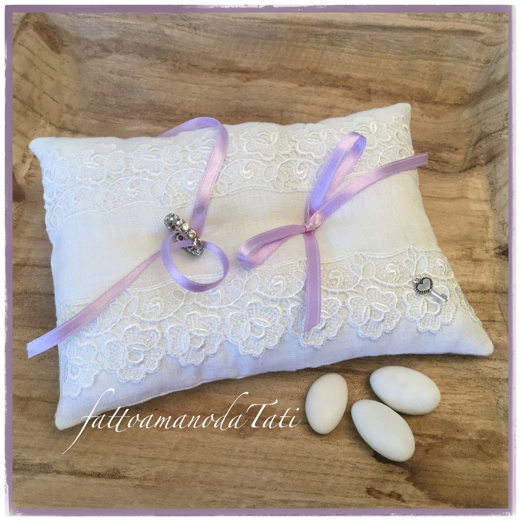 Cuscino per fedi in lino bianco con pizzo e nastrino lilla