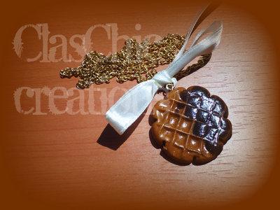 Collana cialda affogata al cioccolato