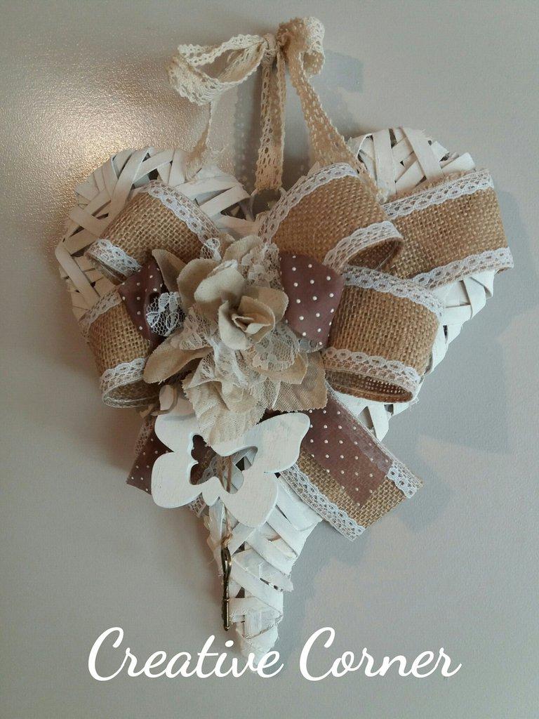 Cuore in legno bianco decorato