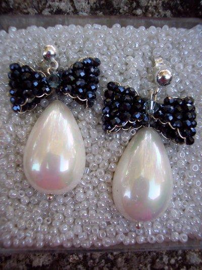Orecchini in argento con perle e fiocchi blu