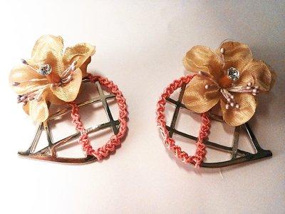 Orecchini in metallo color argento con pendente fatto dettaglio rosa ad uncinetto e rosa in organza marrone chiaro